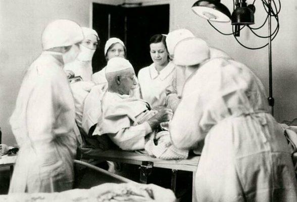 Bác sĩ Evan đã kê cao gối, nhờ một y tá đỡ đầu và quan sát bản thân qua một chiếc gương. Ảnh: Creative Commons