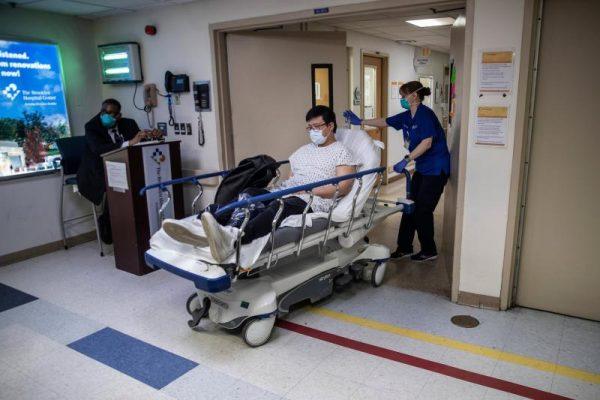 Bệnh viện ở New York bật chế độ thảm họa, bác sĩ thành bệnh nhân Covid-19 - 2