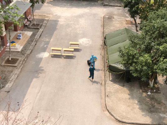 Chú bộ đội đang hát trong khu cách ly ở trường Cao đẳng công nghệ cao, Nam Từ Liêm, Hà Nội. Ảnh: Jackie Trang.