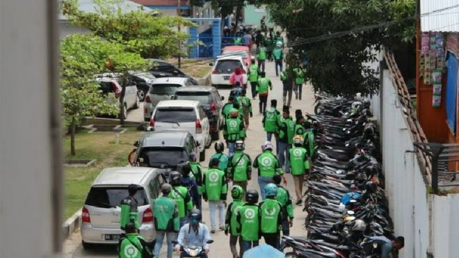 Hàng chục tài xế xe ôm xông vàobệnh viện M Djamil, thành phố Padang, tỉnh Tây Sumatera, hôm 19/11. Ảnh: BBC