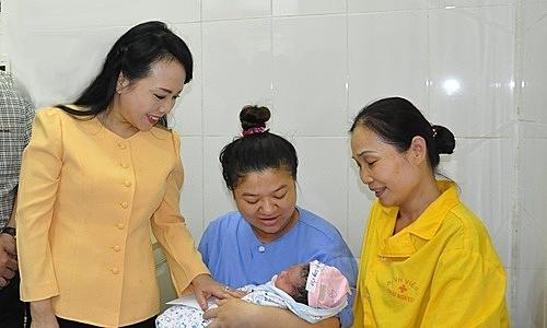 Bộ trưởng Nguyễn Thị Kim Tiến trong chuyến công tác cuối cùng tại Thái Nguyên. Ảnh: BYT.