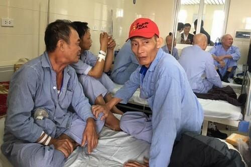 Bốn bệnh nhân ngồi một giường trong chuyến thị sát của Bộ trưởng Y tế ngày 8/12/2016. Ảnh: Nam Phương.