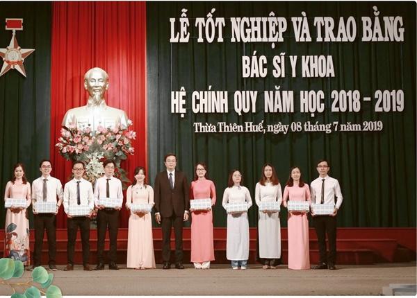 Từ cô Ô Xin nghèo khó trở thành nữ bác sĩ tốt nghiệp thủ khoa ĐH Y Khoa Huế