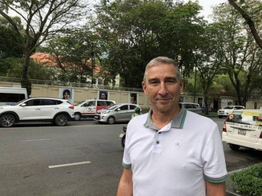 John Rockhold trên đường Lê Duẩn ở quận 1, ông đã sinh sống và làm việc ở Việt Nam từ năm 1995. Ảnh: LA Times.