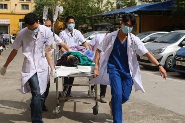 Nữ bệnh nhân được các bác sĩ Bệnh viện Đống Đa khẩn trương cấp cứu dù không có người thân đi cùng