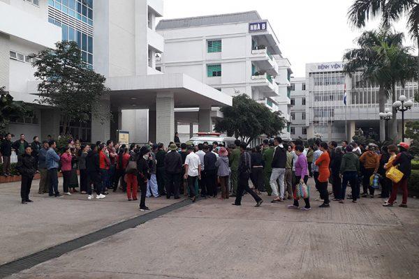 Người nhà sản phụ vây quanh xe cấp cứu yêu cầu bệnh viện giải thích nguyên nhân tử vong. Ảnh: Quang Hà