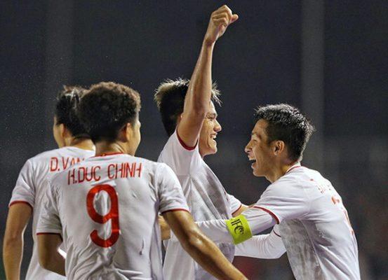 Thầy Park ôm Quang Hải mừng bàn thắng của Hùng Dũng - Ảnh 10