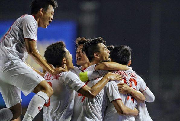 Thầy Park ôm Quang Hải mừng bàn thắng của Hùng Dũng - Ảnh 11