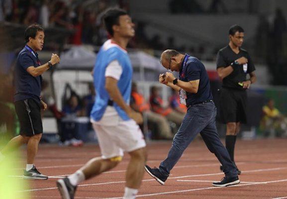 Thầy Park ôm Quang Hải mừng bàn thắng của Hùng Dũng - Ảnh 2