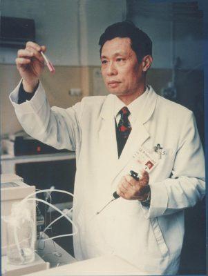 Những người tiến vào tâm dịch Vũ Hán: Anh hùng chống SARS 84 tuổi trở lại cuộc chiến với virus, nhà báo vượt qua nỗi sợ để đưa tin - Ảnh 2.