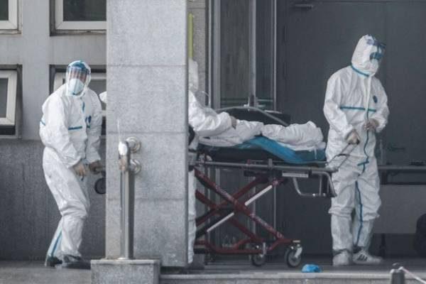 Các nhân viên y tế đẩy một bệnh nhân vào bệnh viện Jinyintan, nơi các bệnh nhân nhiễm bệnh viêm phổi lạ đang điều trị, tại Vũ Hán ngày 18-1-2020 -