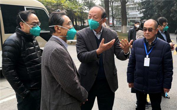 Những người tiến vào tâm dịch Vũ Hán: Anh hùng chống SARS 84 tuổi trở lại cuộc chiến với virus, nhà báo vượt qua nỗi sợ để đưa tin - Ảnh 1.