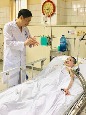 Cậu bé Thạch bống dưng tỉnh dậy vào tháng 10/2019 trong sự bất ngờ của mọi người. Ảnh: Bác sĩ cung cấp