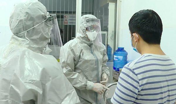 Chăm sóc bệnh nhân trong phòng cách ly tại Bệnh viện Chợ Rẫy. Ảnh: Đ.H