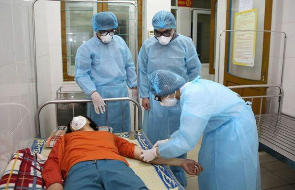 Bác sĩ lấy mẫu xét nghiệm đối với anh Zhou Jie. Ảnh: Gia Hân