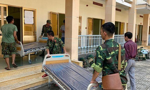 Bệnh viện Bệnh Nhiệt Đới vận chuyển giường bệnh mới của bệnh viện lên cung cấp cho Bệnh viện dã chiến