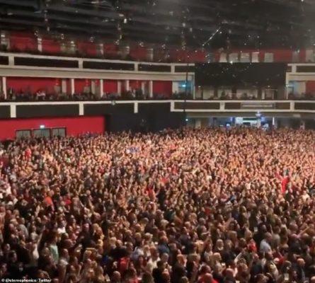 Giữa đỉnh điểm đại dịch Covid-19, hàng nghìn người Anh vẫn tụ tập dự hòa nhạc, tổ chức chạy marathon tập thể - Ảnh 2.