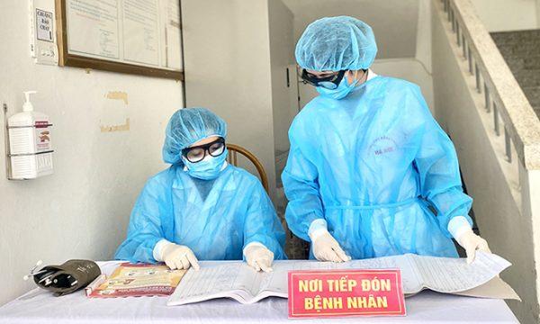 Nhân viên y tế tại khu cách ly tập trung bệnh viện đa khoa Hà Đông. Ảnh: Thùy An