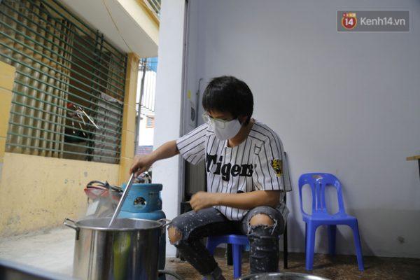 Chủ quán ăn ở Hà Nội nấu hàng trăm suất cơm, chè miễn phí cho những y bác sỹ đang gồng mình chống dịch Covid-19 tại BV bệnh Nhiệt đới TW - Ảnh 7.