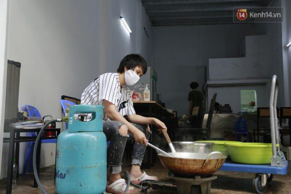 Chủ quán ăn ở Hà Nội nấu hàng trăm suất cơm, chè miễn phí cho những y bác sỹ đang gồng mình chống dịch Covid-19 tại BV bệnh Nhiệt đới TW - Ảnh 4.