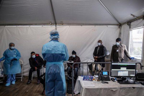 Bệnh viện ở New York bật chế độ thảm họa, bác sĩ thành bệnh nhân Covid-19 - 4